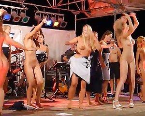 Der tanzen bühne auf nackt Beste Tanzen