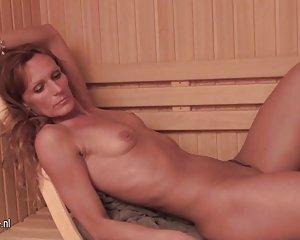 Damen der ältere sauna in nackt Frau mit