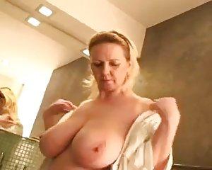 Der unter dusche nackt oma In Der