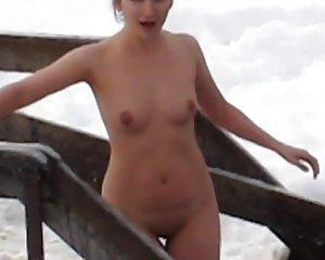schwimmen nackt behaarte frau